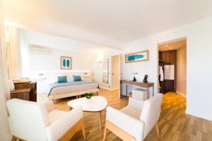 L'HELIOS (Hôtel I Restaurants de plage & Bistrot I Plages privée), parrain du Top Fans Côte d'Azur France !